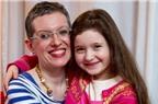 Bé gái 6 tuổi vẫn bú sữa mẹ