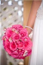 Cách bó hoa hồng tròn cầm tay cô dâu đơn giản mà đẹp