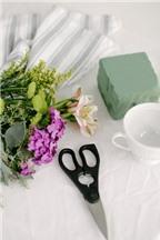 Cách cắm hoa đẹp trong tách trà ai mà chẳng làm được