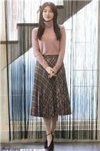 Học sao Hàn 2 cách kết hợp áo len với váy 'siêu chất'