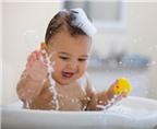 Mách mẹ cách tắm giúp bé thông minh hơn