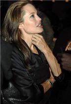 Angelina Jolie làm đẹp với trứng cá muối