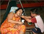 Nghẹn lòng trước cảnh con 5 tuổi chăm mẹ ung thư