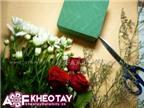 Cắm hoa trong tách trà làm đẹp bàn ăn nhà mình