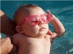 Không nên tắm nắng cho trẻ qua cửa kính
