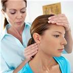 Xoa vành tai dưỡng sắc, kéo dái tai trị đau đầu