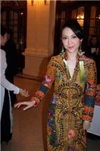 Linh Nga mặc áo dài độc đáo
