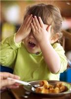 Nên làm gì khi trẻ lười ăn?