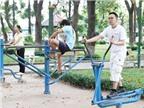 Tập thể dục bằng dụng cụ ở công viên