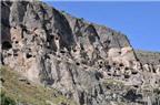 Độc đáo tu viện hang động trên vách núi ở Georgia