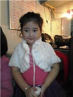 Cục cưng 5 tuổi của NSND Hồng Vân tự làm đẹp như người lớn