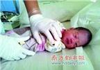 Bé sơ sinh bị đẻ rơi trong nhà vệ sinh công cộng