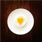 Bí quyết tráng trứng có lòng đỏ trái tim cực dễ
