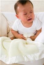 Làm gì khi bé bú sữa ngoài táo bón?