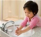 Bé bị tay chân miệng, nên chăm sóc, vệ sinh thế nào?