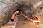 Người Áo ùn ùn vào hang lạ chữa bệnh hiểm