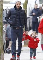 Harper đổi phong cách đi chơi cùng bố mẹ