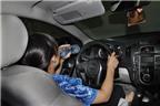 Hoang mang nước uống để trong ô tô gây ung thư
