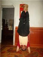 Kỳ lạ chữa bệnh đau đầu bằng yoga 'trồng cây chuối'
