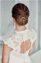 Tóc đẹp cho cô dâu diện váy hở lưng