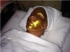 Người mẫu đắp mặt nạ vàng 24 carat làm đẹp