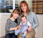 Kỳ lạ: Chị em sinh đôi cách nhau 8 tuổi