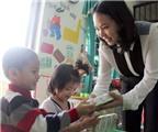 Tặng sữa cho trẻ em nghèo