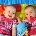 Kỳ lạ hai bé song sinh ra đời cách nhau 10 ngày