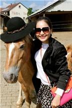 Lan Phương trải nghiệm cảm giác cưỡi ngựa ở Đức