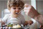 Cho bé ăn cơm chan canh là phản khoa học