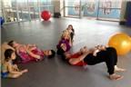 Các bé thích thú trong lớp học bơi