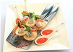 Đầu bếp chuyên nghiệp trang trí món ăn bằng dao