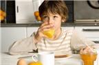 Cho trẻ uống nước trái cây đúng cách