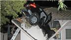 BMW mất lái xuyên thủng mái nhà