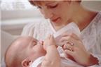Làm gì để giảm bớt lượng sữa trào ra khi trẻ bị nôn trớ?
