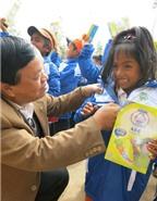 Tặng áo ấm và sữa cho trẻ vùng cao