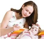 Mách bạn cách chăm sóc trẻ bị sốt ngày Tết