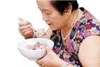 Làm gì khi người già bị rát lưỡi khi ăn, đã dùng thuốc nhưng vẫn không hết?