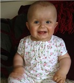Nụ cười chiến thắng của bé 10 ngày tuổi bị ung thư buồng trứng