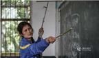 Cảm phục cô giáo bị bệnh nhưng vẫn vịn dây thừng đứng dạy học sinh