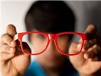 Trẻ bị cận thị nặng, cha mẹ nên làm gì?