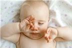 Chữa đau mắt đỏ cho trẻ  sơ sinh bằng sữa mẹ
