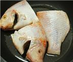 Trưa nay ăn gì: Bữa trưa dễ ăn với cá diêu hồng om dưa và canh ngao mồng tơi