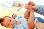 Trẻ sơ sinh bị táo bón: Mẹ phải làm sao?