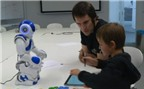 Trẻ em tập viết bằng cách dạy robot