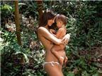 Siêu mẫu Hồng Kông khoe ảnh bán nude bế con giữa rừng cây
