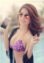Người mẫu quyến rũ cùng smartphone Pantech
