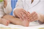 Bé kêu đau bàn chân phải làm sao, khám ở đâu?