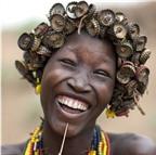 [Photo] Bộ lạc kỳ lạ thích làm đồ trang sức bằng nắp chai