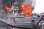Tàu chở 19 khách du lịch bốc cháy trên Vịnh Hạ Long
